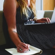 Dlaczego kobieta powinna pracować? Bycie kurą domową jest przereklamowane!