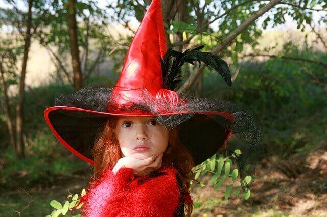 dziewczynka w przebraniu czarownicy