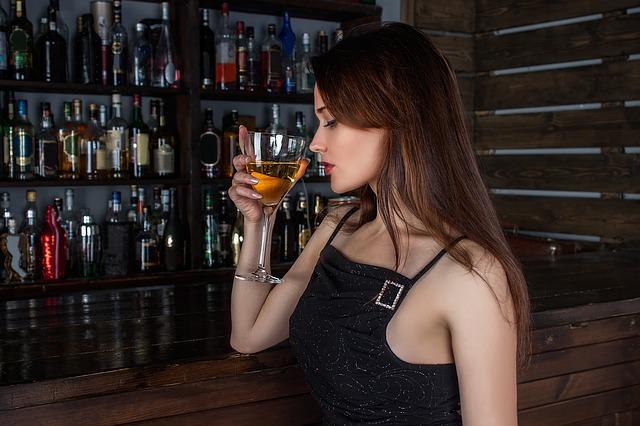 Kobieta pije drinka