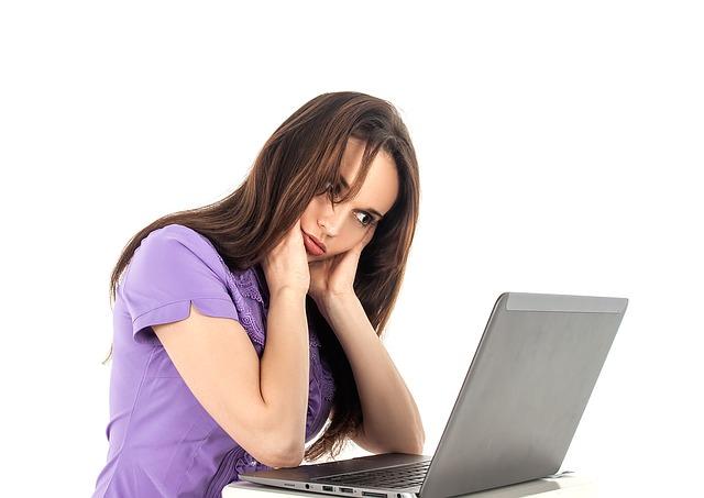 Kobieta siedzi przy komputerze