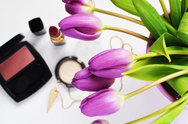 Kosmetyki wśród kwiatów