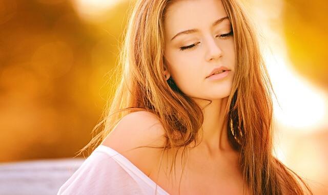 Dziewczyna o pięknych długich włosach