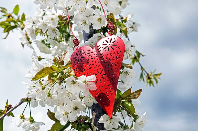 Ażurowe serce wśród białych kwiatów