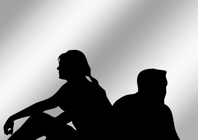 Para siedzi tyłem do siebie