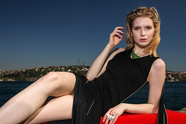 Kobieta siedzi na sofie, nad morzem