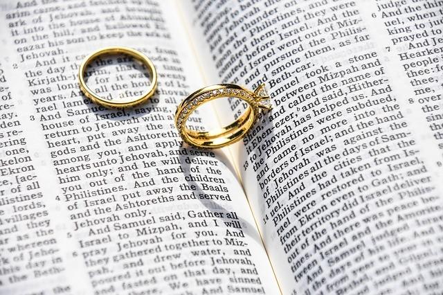 Obrączki leżą na Biblii