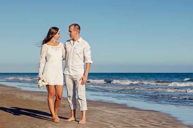 Para zakochanych nad morzem