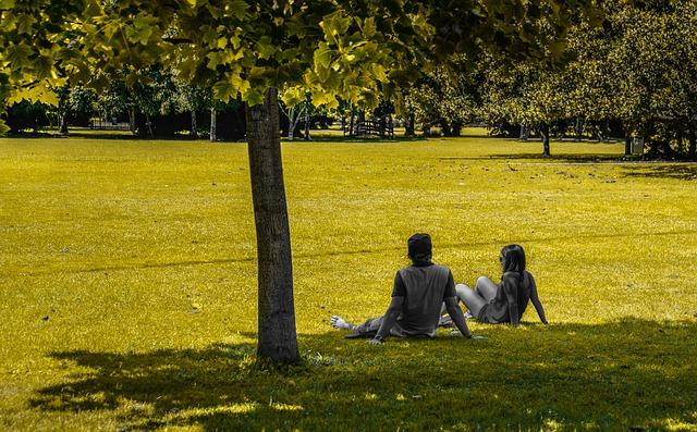 Para siedzi na trawie