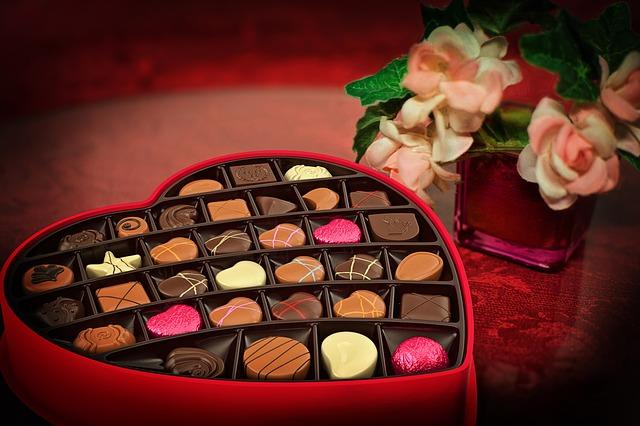 Pudełko z czekoladkami i róże
