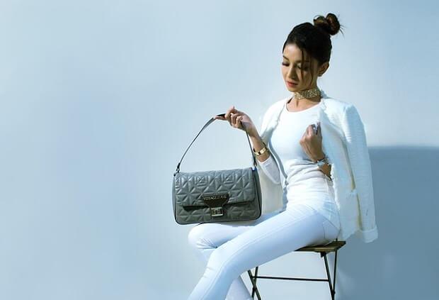Modna kobieta z torebką