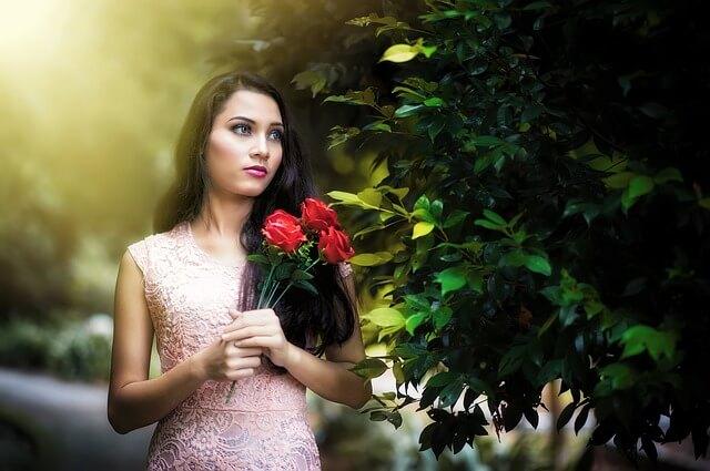 Kobieta w różowej koronkowej sukience
