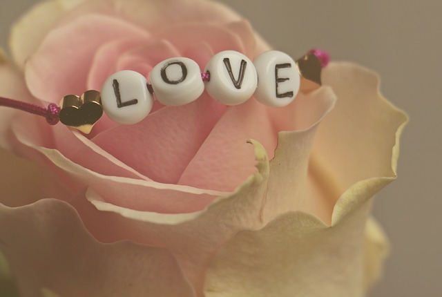 Róża i bransoletka z napisem