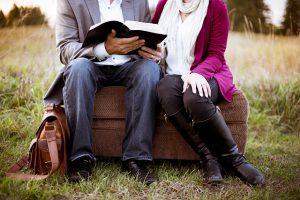 Para siedzi i czyta