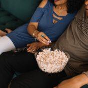 Seriale dla par, które obejrzysz online. Jakie seriale warto wspólnie obejrzeć w sieci?