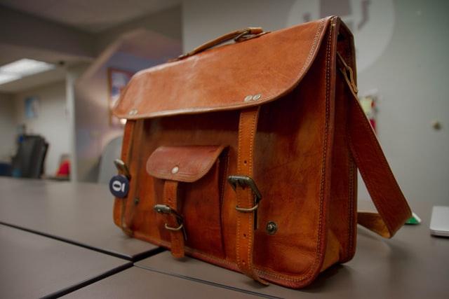 Mała, ale pojemna torebka na wakacje. Jaką torebkę zabrać na krótki urlop?